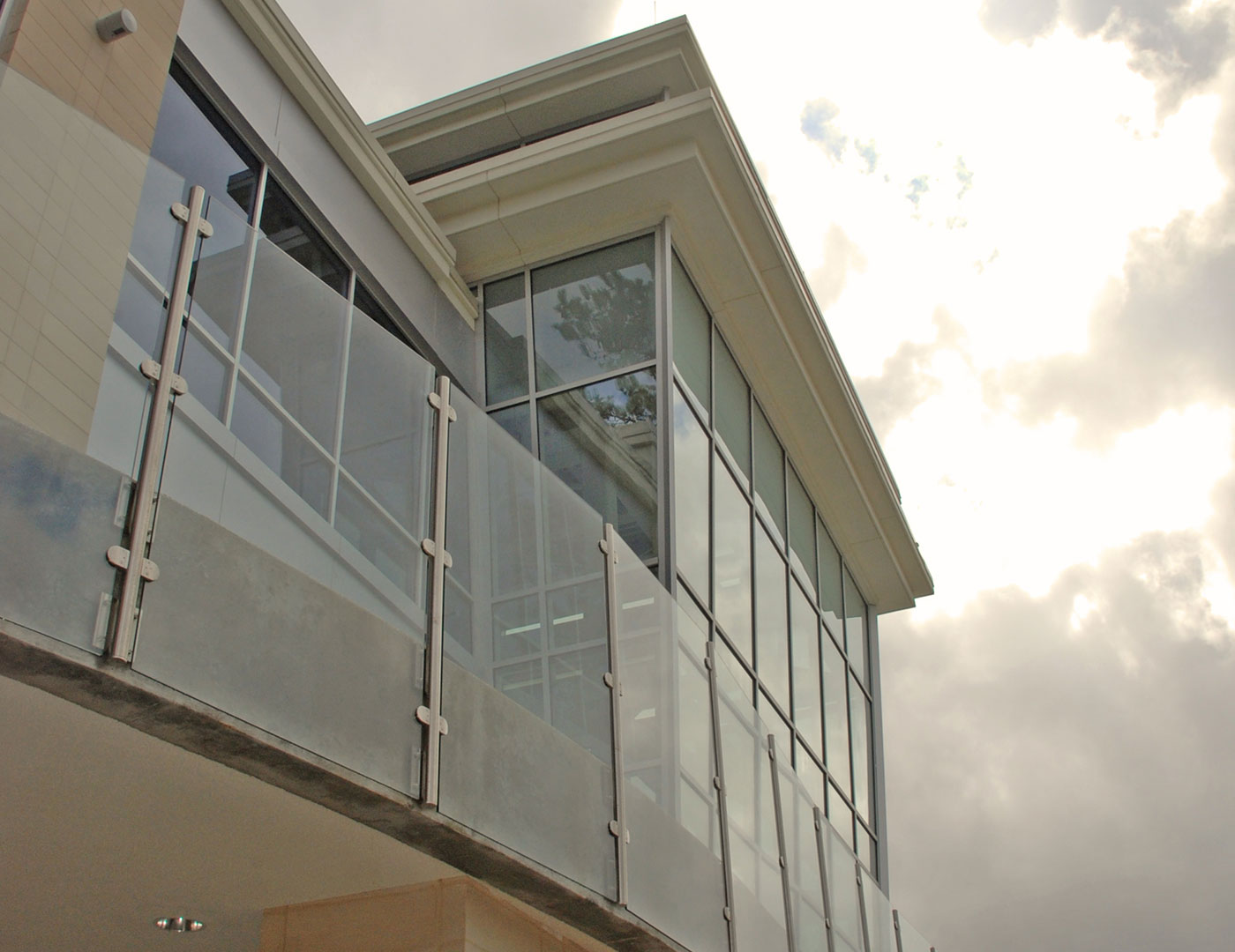 Monaco post supported glass railing sc railing company for Glass balcony railing